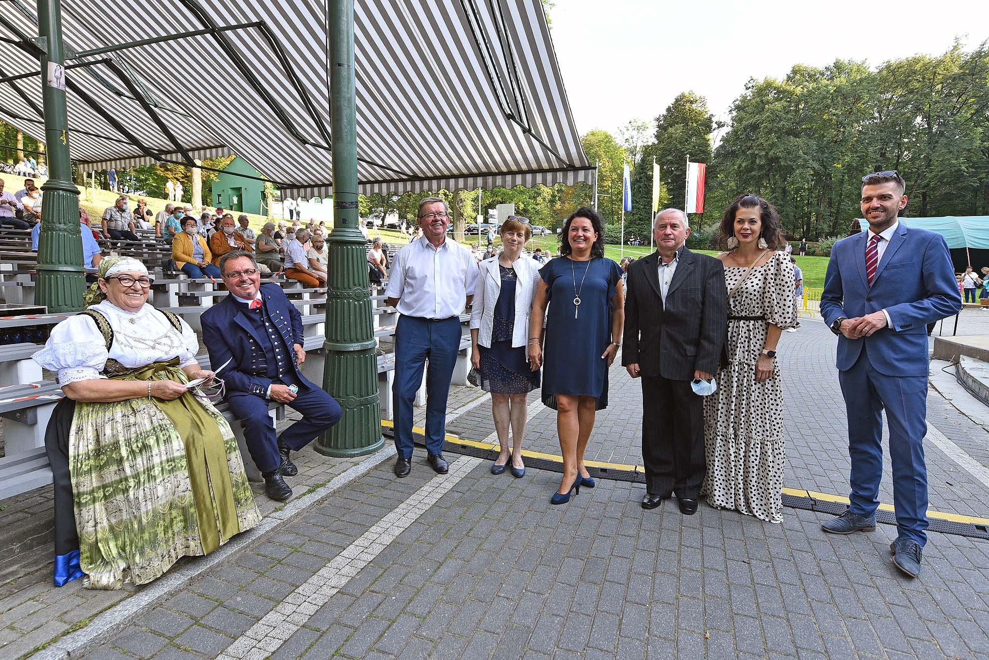 od lewej siedzą starostowie Jaworzańskiego Września, dalej Piotr Ryszka z małżonką, Jolanta Witkowska, dyrektor OPGJ, Zbigniew Putek i Agnieszka Nieborak oraz Wójt Radosław Ostałkiewicz