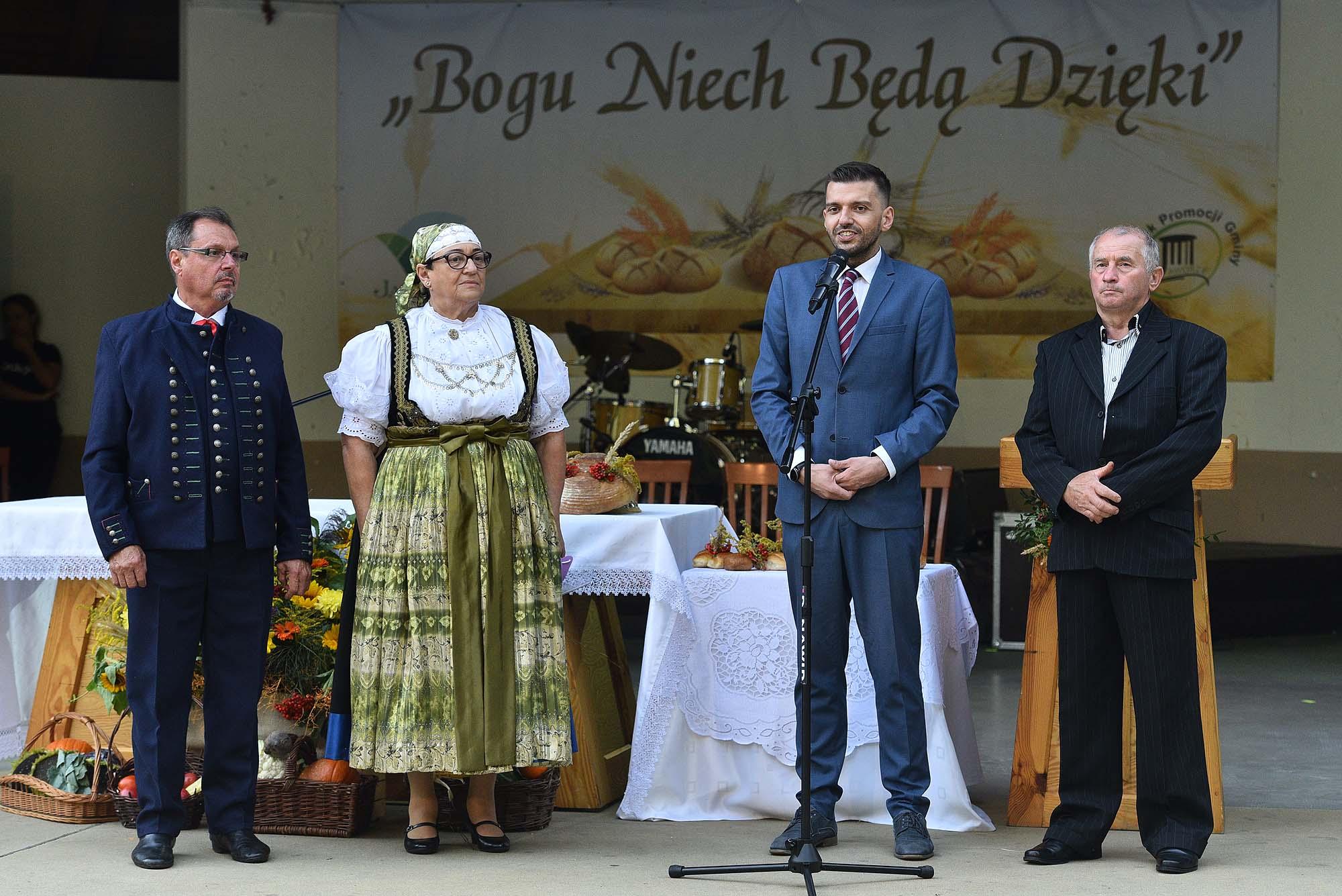na scenie amfiteatru stoją starostowie Jaworzańskiego Września, wójt Jaworza i przewodniczący Rady Gminy Jaworze