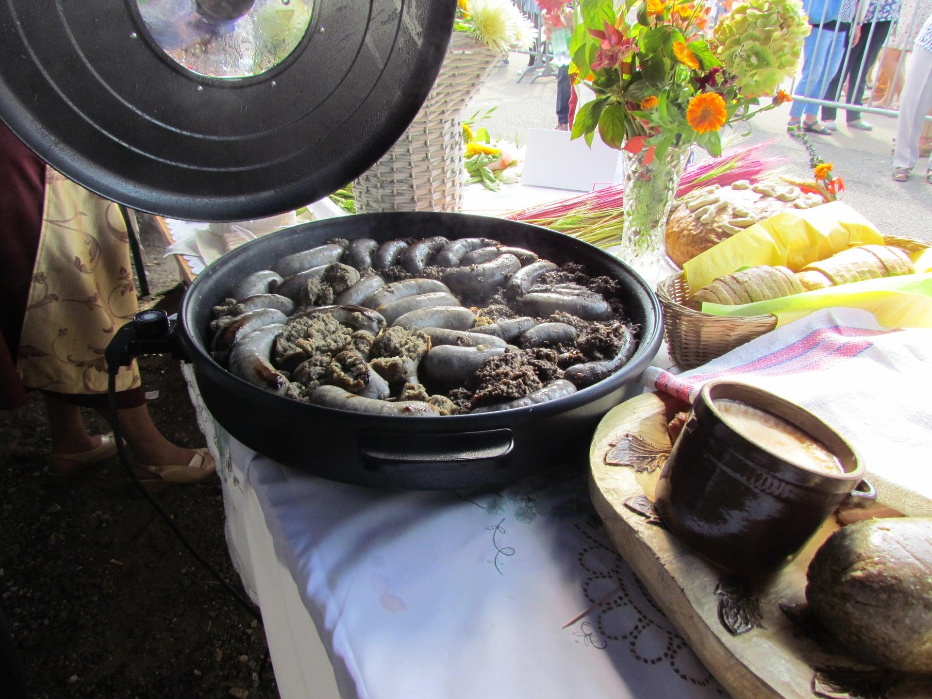 zdjęcie przedstawiające stoiska z potrawami